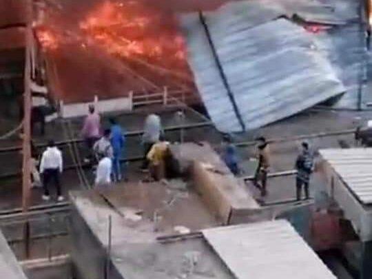 حريق هائل بأحد المحلات المجاورة لمحطة قطارات الزقازيق